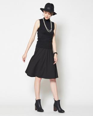 ブラック  ポンチ素材スカート見る