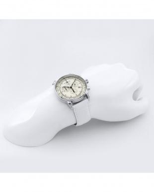 ホワイト 型押しレザーブレス クロノグラフ腕時計見る