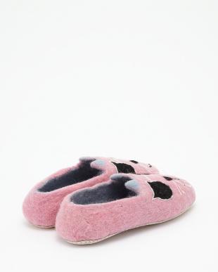 ピンク フェルトのルームシューズ Cat見る