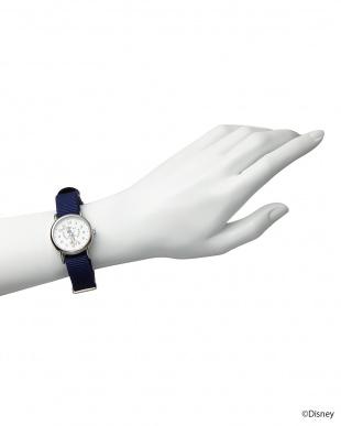 ホワイト×ネイビーベルト ミニーマウス時計見る