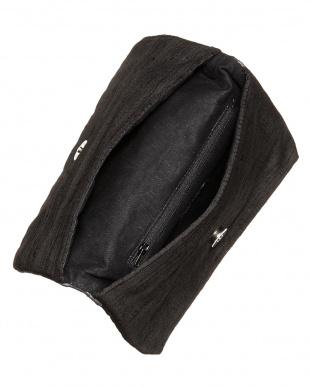 ブラック フラワー刺繍のクラッチバッグ 2見る