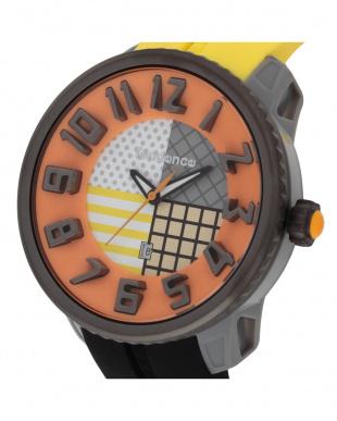 イエロー×ブラック  クレイジー 腕時計見る