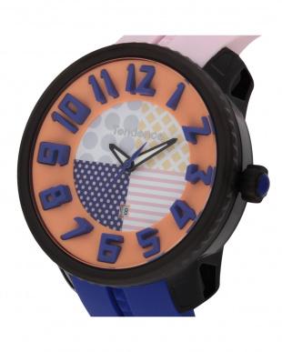 ピンク×ブルー  クレイジー 腕時計見る