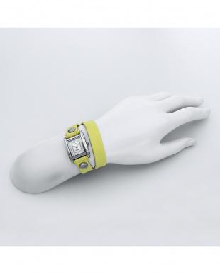 イエロー SAKURA レザーベルト腕時計見る