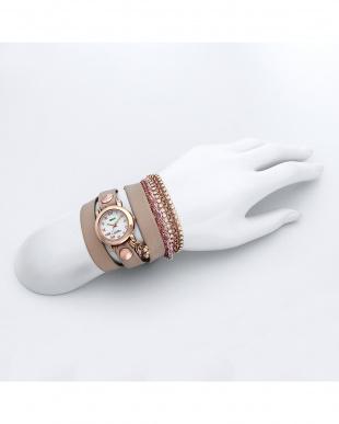 ピンクベージュ レザーベルト腕時計見る