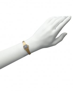 ブラック×ゴールドカラー SQUARE腕時計見る