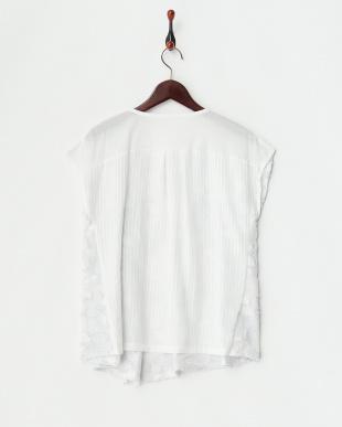 ホワイト×アイスラベンダー スリット入りフラワー刺繍ブラウス見る