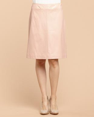 ピンクベージュ レザー台形スカート見る