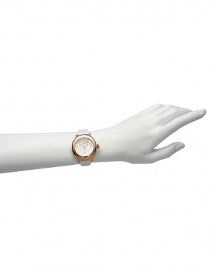 シルバー×ホワイト BAL HARBOUR フラワーパターン×パテントレザー腕時計見る