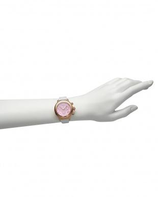 ピンク×ホワイト  BAL HARBOUR ボタニカルパターン×パテントレザー腕時計見る