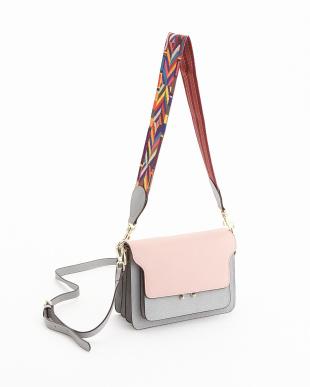 グレーピンク  デザインベルト付きフラップショルダーバッグ見る