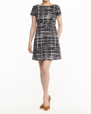 白×黒 チェック風プリントタックドレス見る