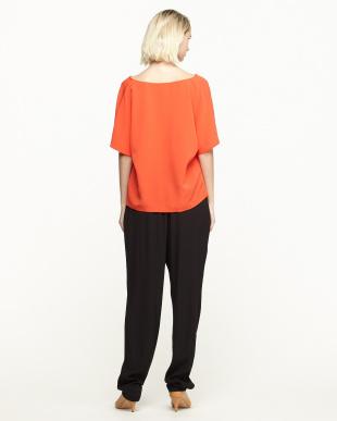 オレンジレッド/ブラック ドレープネックブラウス+イージーパンツ見る