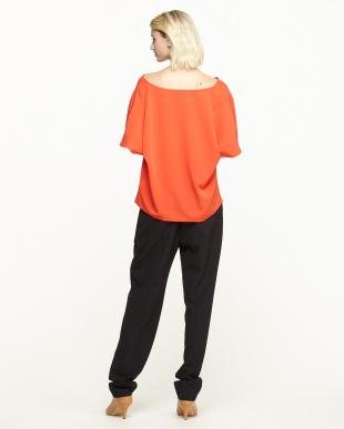 オレンジレッド/ブラック ドレープネックブラウス+センタープレスパンツ見る