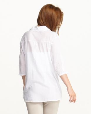 ホワイト 袖ループ付きフラワープリントシャツ見る