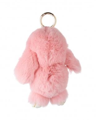 ピンク  毛皮バッグチャーム うさぎ見る