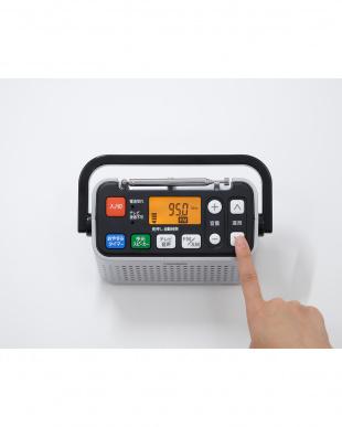 シルバー 手元スピーカー機能付3バンドラジオ見る