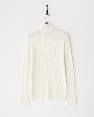ホワイト  ケーブル編みタートルネックセーター見る