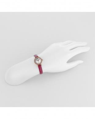 ホワイト系フェイス×ピンク系 Eternal Crystal 腕時計見る