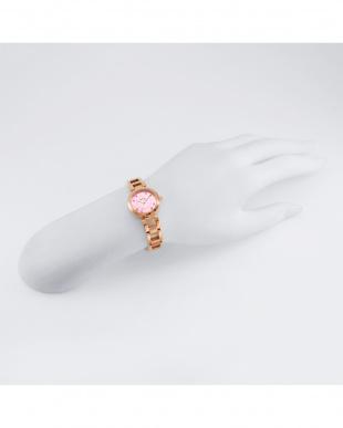 ピンクパール系フェイス Love Time 腕時計見る