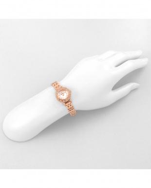 ホワイト系フェイス ストーンハート 腕時計見る