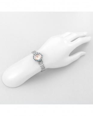 ホワイト系フェイス×シルバー ストーンハート 腕時計見る