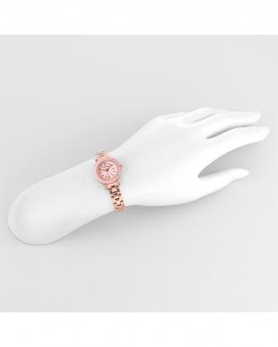 ピンク系フェイス Sweet Tender 腕時計見る
