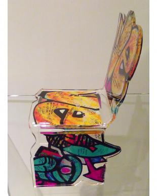 ウォールアート調(イエロー) アクリル製 椅子型 置物見る