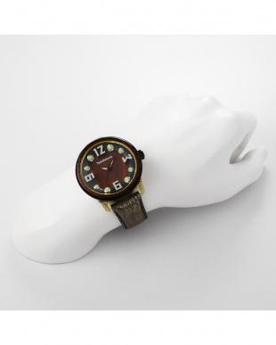 ブラウン チャームナチュラル 腕時計見る