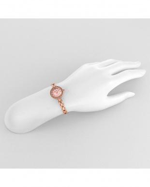 ピンク エターナルクリスタル 腕時計見る