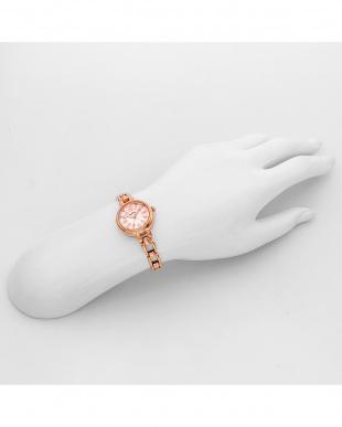 ピンクパール フラワリータイム 腕時計見る