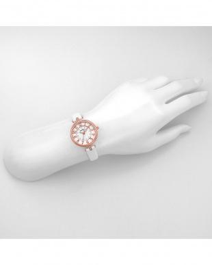 ホワイトPWH イノセントタイム 腕時計見る