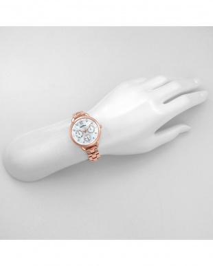ホワイトパール リトルハート 腕時計見る