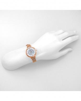 ホワイトパールPG ヌーディドロップ 腕時計見る