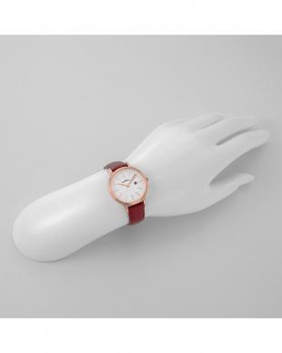 ホワイトRD パステルハート 腕時計見る