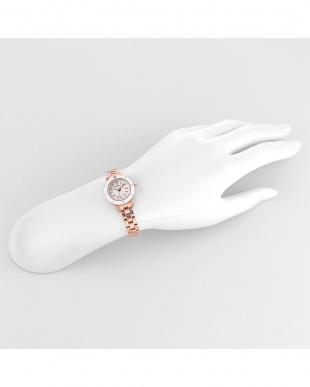 ホワイト スウィートテンダー 腕時計見る
