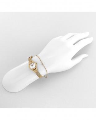 ホワイトYG タイニーチャーム 腕時計見る