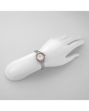 ホワイトRSW トゥインクルタイム 腕時計見る