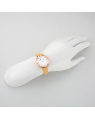 ホワイトP-YE ヴィーナス 腕時計見る