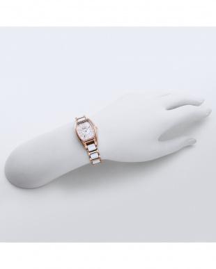 ホワイトパール ラブスポーツ 腕時計見る