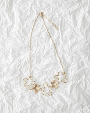 Gold flower Motif Necklace見る